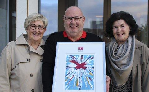 Beæret: Torsdag fikk Finn-Arne Haakonsen det synlige beviset på at han er tildelt Nasjonalforeningens demenspris 2018 for sin innsats for eldre. Litografiet fikk han av Anne-Lise Christensen og Tove Birkeland under en seremoni i formannskapssalen.