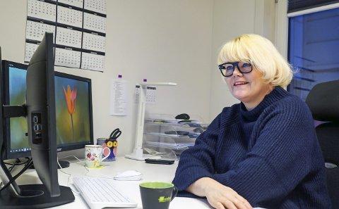BANK PÅ: Hilde M. Normark vil gjerne ha nysgjerrige folk inn på kontoret. Og hun bedyrer at grunnen til at det er ryddig der er at hun jobber der, og ikke motsatt.