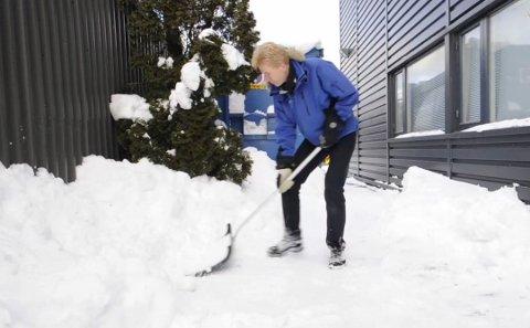 TA FATT: Brøytebilene kan ha lagt igjen en del snø og is i innkjørselen din. Det er bare å finne fram skuffa og gå i gang.