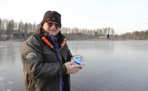 Orakelmann for annen gang: Odd Arne Svensrud fra Hokåsen er Glåmdalsoraklet 2016. Han er ivrig pilker, så vi traff ham på isen for å få overrakt ham spåkula. Også det aller                     første året Glåmdalen hadde denne konkurransen, var det Svensrud som gikk av med seieren. Bilder: Kari Gjerstadberget