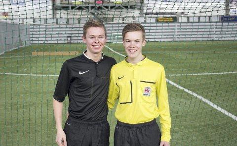 UNGE DOMMERE: Jesper Lea (t.v.) og Johan Grundt er dommere i fjerde divisjon og har begge ambisjoner om å nå langt som fotball-dommere.