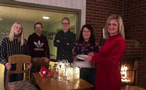 iNVITERER: Alle er velkomne når Hilde Vatnar Olsen (f.h.), Anne Kolstad, Håkon, Hallvard og Sunniva Vatnar Olsen dekker til julekveld i Hof Samfunnshus.