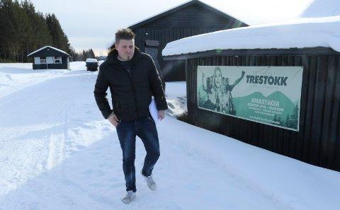 FLYTTER: Arrangementsansvarlig Henning Myrer forteller at Tømmerstokkfestivalen blir flyttet fra Skogen.