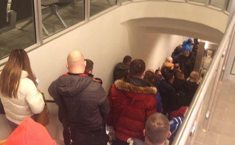 KØ: Det var stor kø blant passasjerene som kom fra Gdansk.