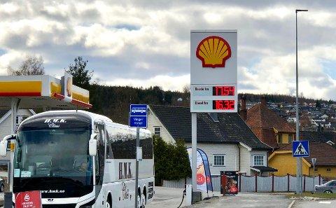Dyrest: Shell ved Vinger hotell var dyrest på drivstoff søndag ettermiddag.