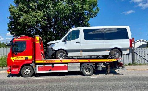 KJØRT VEKK: Bilen ble kjørt vekk etter uhellet i Prestmyrbakken