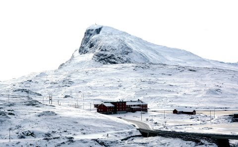 IDYLLISK: Bygdin høgfjellshotell ligger idyllisk til i Jotunheimen. I bakgrunnen ser vi Bitihorn som er en svært populær fjelltopp å gå på.