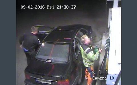 Bilde fra en overvåkingsvideo som viser de tiltalte for drapet på Nils Olav Bakken fylle bensin på en BMW og på ei bensinkanne på Shell-stasjonen på Dokka kvelden 2. september 2016. Det var denne bensinen som ble brukt til å tenne på Bakken, etter at han ble stukket med kniv.