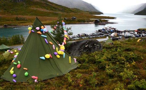TELT: Lyngen ved Gjende fyllest opp med telt i alle slags fargar under Fjellfilmfestivalen.