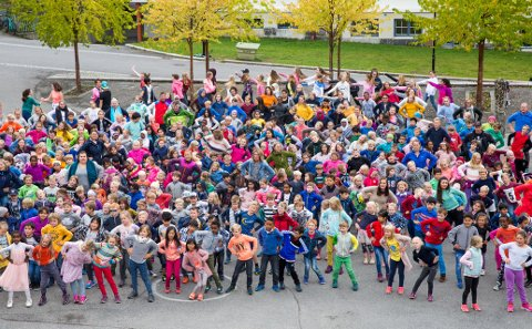 Kommer på tv: Rundt 320 Hammartun-elever var ute i skolegården og danset BlimE-dansen da NRK Super var på plass for å gjøre opptak til sendingen 22. september. TV-innslaget blir trolig sett av opp mot 300.000, mens youtube-klippene kan passere flere millioner visninger.Begge foto: Aleksander Myklebust
