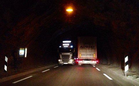 TRANGT: Det er trangt når to vogntog møtes i Oppljostunnelen som er en av tre tunneler på strekningen mellom Skjåk og Stryn.