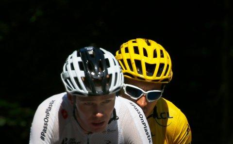 Geraint Thomas, leder touren totalt her fotografert sammen med lagkamerat Chris Froome på torsdagens 12. etappe av Tour de France.