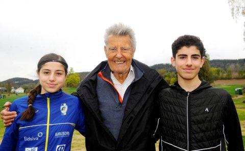 Pensjonisten Trygve Bjark skal hjelpe søskenparet Anisa og Ibrahim Buras til å bli enda bedre.