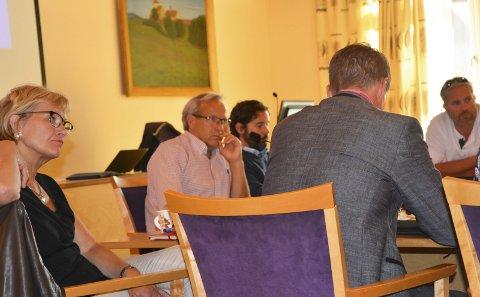 VIL HØRE SAMMEN: Regionrådet for Hadeland. Randi Eek Thorsen, regionrådsleder Willy Westhagen, regionkoordinator Sigmund Hagen, Bård Brørby. Harald Tyrdal med ryggen til.