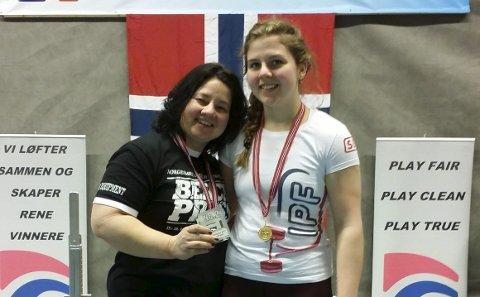 TO GULL: Eva Engskar (til venstre) og datteren Marthe Engskar Ramsrud sikret seg hver sin NM-tittel i benkpress.