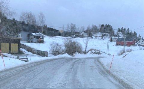 HOLKE: Slik så det ut i Søndre Åls veg lørdag ettermiddag. Det var områder hvor det ikke var strødd.