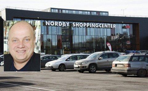 ER IKKE REDD: Sjefen for Nordby Shoppingcenter, Ståle Løvheim (innfelt), frykter ikke lav norsk kronekurs og er sikker på at grensehandlen vil blomstre også i 2016. Værforholdene påvirker oss mer enn kronekursen, mener han. Arkivfoto.