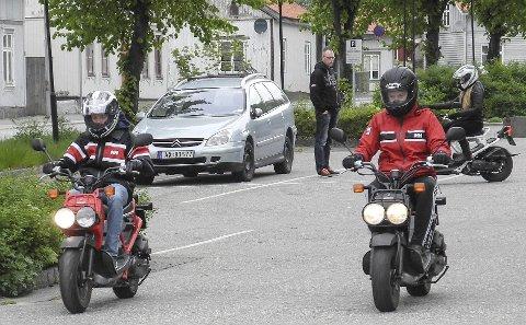 TRAFIKK-KLARE: Etter noen timer på parkeringsplassen er Jørgen Buer (tv) og Petronelle Olsen klare for å kjøre i trafikken.