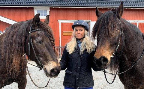 UFLAKS: - Dette er maks uflaks. Vi var nå klare til å kjøre i gang med mer rideskoleaktivitet, terapiridning og få flere grupper inn. Men nå er rideskolen midlertidig stengt. Det samme er terapitilbudet, sier Inger Cecilie Grønnerød ved Kamperhaug gård. Nå må de selge hester som følge av koronakrisen. Her er hun sammen med hestene Bork og Olstad.