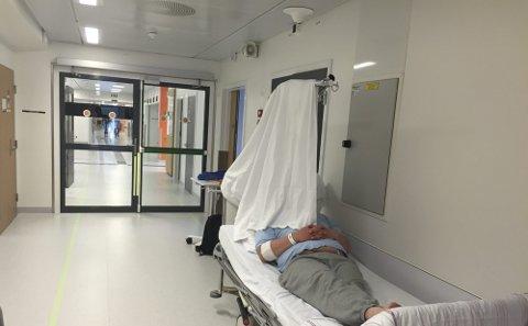Flere pasienter blir plassert på gangen i mangel på ledige rom. En kveld denne uken var det 216 pasienter innlagt på ved medisinsk avdeling. Kapasiteten er egentlig 160. Bildet er for øvrig tatt ved en tidligere anledning.