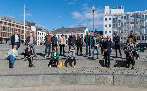 PARAT: De skal hjelpe næringslivet på Hedmarken. Fra venstre: Marit Johnsrud og Stein Hervik (Advokatfirmaet Johnsrud & Co AS), Heidi Ekrem (Advokatfirmaet Mageli ANS), Hans Petter Dobloug (R2 Økonomi AS), Vegard Løvlien (PWC), Tom Erik Lehne (BDO), Rita Baldisol (Norsk Regnskap). Ellen Trosvik (Advokatfirmaet Campbell & Co). Foran i midten: Berte Sollerud Helgestad og Eli Bryhni (Hamaregionen Utvikling og Reiseliv). Næringssjef Svein Frydenlund (Hamar kommune), ordfører Nils A. Røhne (Stange kommune), næringsjef Erik Habberstad (Hamar kommune), ordfører Marte Larsen Tønseth (Løten kommune), næringssjef Tor Rullestad (Ringsaker kommune), ordfører Einar Busterud (Hamar kommune), ordfører Anita Ihle Steen (Ringsaker kommune) og  og vFredrik Skjæret, regionrådgiver i Regionrådet i Hamarregionen.