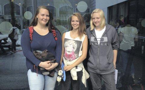 ENGASJERER SEG: Martine Espeland, Mari Elisabeth Kollstrand og Anny K. Jensen. De tre elevene på Haugaland vgs. synes det var flott å få lære litt om politikk. Foto: Hanna Andersen