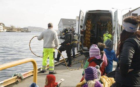 DUGNAD: Mandag fikk barn fra Åsebøen barnehage se hva som ble funnet i havnebassenget. 22. april blir det stor ryddedugnad. Foto:  Ruth Sunnanå Sveistrup