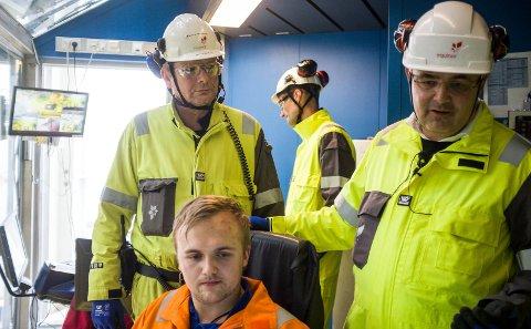 MODERNE DRILLLING: Boreleder Terje Fosse i Equinor viser olje- og energiminister Kjell-Børge Freiberg kontrollrommet der Jonas Forstrønen utfører sin borejobb.