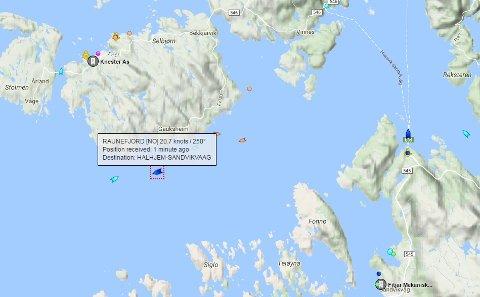 Ferja «Raunefjord» er klokken 15.45 langt fra sin vanlige rute mellom Sandvikvåg og Halhjem.