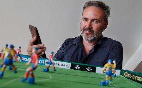 HJERNEN BAK: - Jeg taper alltid, sier Frode Samuelsen om Stiga-fotballspillet på kontoret. Men den lokale gründeren håper han sitter med en vinneroppskrift i hendene: En ny programvare kalt SkillRace, som skal hjelpe både spillere og trenere til å bli bedre.