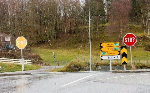 Full stopp: Bilisten mistet førerkortet da han kjørte forbi en bil som hadde stoppet foran ham i Haukåskrysset, men fikk det tilbake av retten.