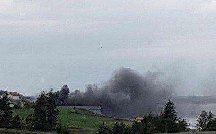 KRAFTIG: Det kom mye potensielt giftig røyk fra industrihallen som begynte å brenne torsdag. Bildet er tatt av en av mannskapene på vei til brannen.
