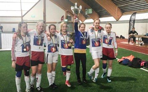 Vinnere av Stamnes Diadora Cup 2018.  J13 til Halsøy med pokalen etter at de slo Åga IL 3-2 i finalen i A-sluttspillet.