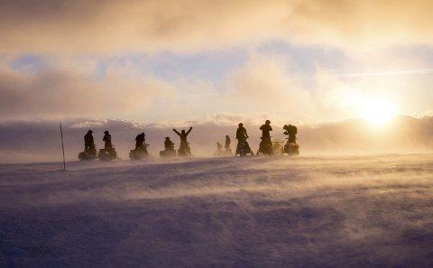 Jamtfjellet: Stiv kuling, solnedgang og C-skiftet i støperiet ved Alcoa på retur fra Hattfjelldal til Mosjøen. Frihetsfølelsen er sterk, og flere beskriver dette som naturopplevelser på sitt beste. Det har vært en dag med flott utsikt, mye kjøring en god dose lagarbeid. Når Herringbotn og Sjåmoen er passert, har de kjørt 16 mil. Foto: Petter Røsdal