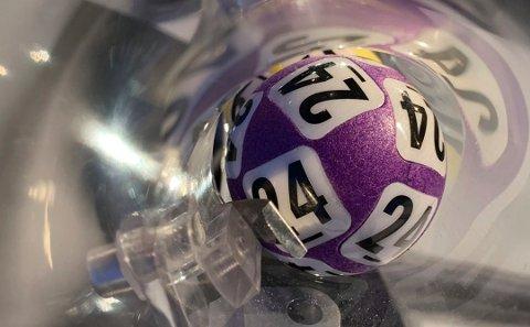 EUROJACKPOT: Edith-Wenche Almås fra Mosjøen innkasserte 1 million kroner fra Norsk Tipping fredag. Lørdag fikk Vefsn nok en Lotto-millionær.