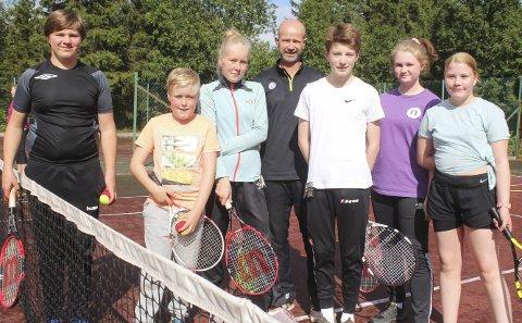 TENNISSKOLE: Tennisskole med Espen Lilleaas. F.v. Erlend Mikalsen (14), William Karstensen Angell (10), Charlotte K. Angell (14), Magnus Rattsø (14), Madelen G. Gyth (13), og Savannah Tokle (13)