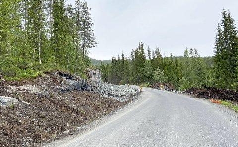 VEIUTBEDRING: På fylkesveg 273 opp mot Fiplingdal, like ved avkjørselen til Jerpåsen, har det vært problematisk i mange år. Nå er veien forbedret og forsterket, og snart kommer det asfalt. Foto: Per Vikan