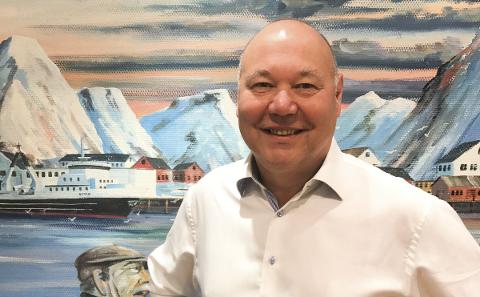 SKIFTER BEITE: Jørn-Gunnar Jacobsen foran et maleri som godt illustrerer hans nye jobbliv som direktør i fiskeribransjen. I neste uke går turen til Mehamn.Foto: Privat