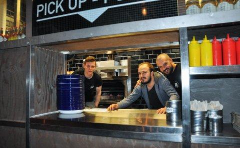 12 ANSATTE: Burgerresttauranten har 12 ansatte, deriblant Deniss, daglig leder Roman og kokk Iaroslav.