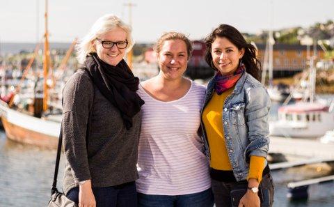 UNDRES: Vadsø fikk søndag besøk av tre tyske turister,  Laura Keuter (27), Lisa Krömer (26) og Angelica Manrique (33), som undret seg både over hvor folk var, og hvorfor alt var stengt.