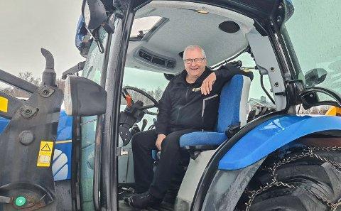 TRAKTOR-SUKSESS: Ikke bare bobilsalget går godt for tiden. - Hittil i år har vi passert hele fjorårets salg av traktorer, sier en fornøyd bedriftseier Einar Magne Mathisen.