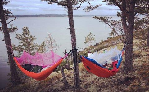HOØYA: Utsikten fra mars-overnattinga på Stornesøra var Hoøya, og vi bestemte oss da for at dit skulle vi på neste overnatting. Litt ekstra spennende var det for av vi var avhengige av tidevannstabellen for å sjekke når vi kunne komme oss over til øya.