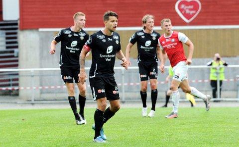 BORTEBANE HJEMME: Tord Johnsen Salte fra Bryne bidro til at Sogndal holdt nullen. Bryne-spilleren i bakgrunnen er Joacim Holtan.