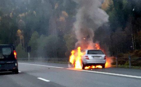 I FULL FYR: Bilen ble totalskadet etter brannen.