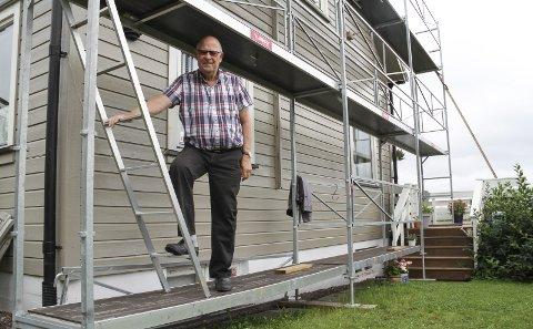 TRYGG MED STILLAS: Arne Langeland (82) synes det er greit å slippe å stå i stigen når han og kona maler huset. alle Foto: Lars Ivar Hordnes