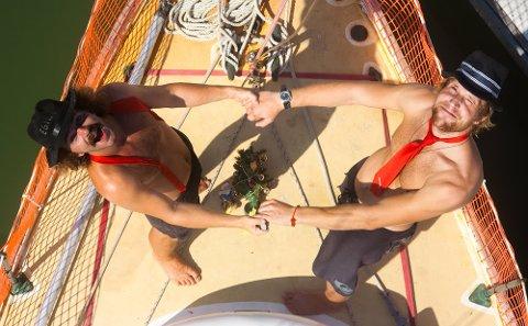 JUL: Slik feiret Egil Håskjold Larsen og Øyvind Haug jula i 2009. Da var kompisene på vei til Maldivene i en seibåt fra 1958.
