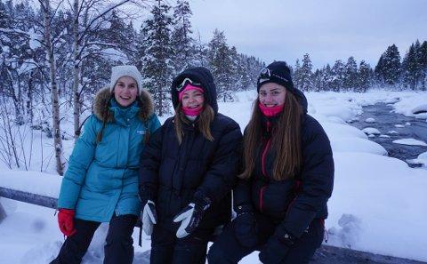 PAUSE: Frøydis Grann (28), Kathrine Søderholm (26) og Julie Eidal (24) tok seg en pause 10 kilometer inn i Pasvikskogen.