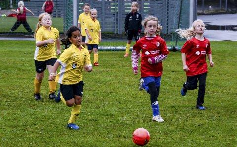 Full fart: Fotballkveld på Kragerø Stadion. Kragerøs Farideh Moradi stormer oppover mot Drangedals mål. Her gikk det unna.