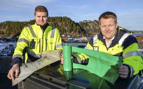 RIKTIG POSE: Andreas Tengelsen (t.v.) og Stefan Baugstø ber folk være nøye med å bruke riktig pose til riktig avfall.
