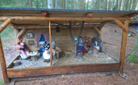 TROLLSKOGEN: Ein gapahuk med eventyret «Reveenka» i Trollskogen vil målbinda dei aller minste turgåarane. Dette blei laga til i samarbeid med barnehagar. (Foto: Privat).